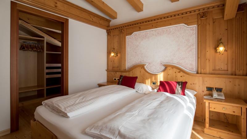 camera con cabina armadio hotel imperatore madonna di campiglio